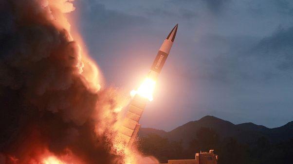 """شاهد: كيم يشرف على اختبار كوريا الشمالية """"راجمة صواريخ فائقة الحجم"""""""