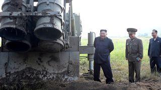 الزعيم الكوري الشمالي كيم جونغ أون أثناء اختبار قاذفة صواريخ متعددة كبيرة في كوريا الشمالية الصورة صدرت في 10 سبتمبر 2019