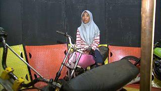 ديفي أبريلياني على دراجتها الزهرية في قلب حلبة حائط الموت