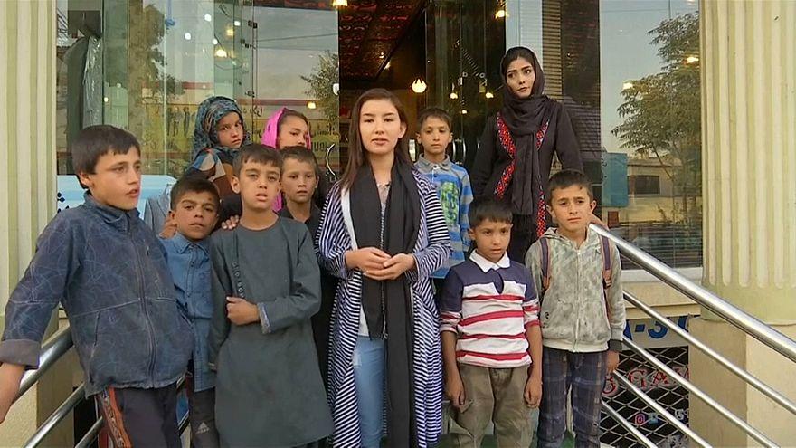 شاهد: فنانة أفغانية مراهقة تغير حياة أطفال شوارع كابول بالموسيقى