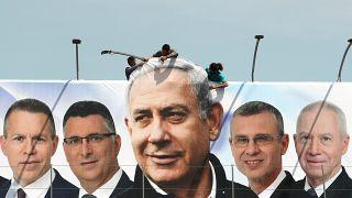 Ein Likud-Wahlplakat wird in Jerusalem aufgehängt