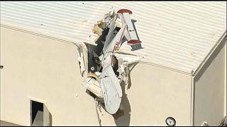 Flugzeug steckt in Flughafen-Dach