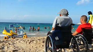 شاهد: ذوي الاحتياجات الخاصة في المغرب يلاعبون الأمواج بفضل الكراسي الطوافة
