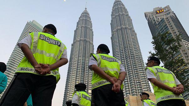 حراس أمن خارج أبراج بتروناس في كوالا لامبور-ماليزيا