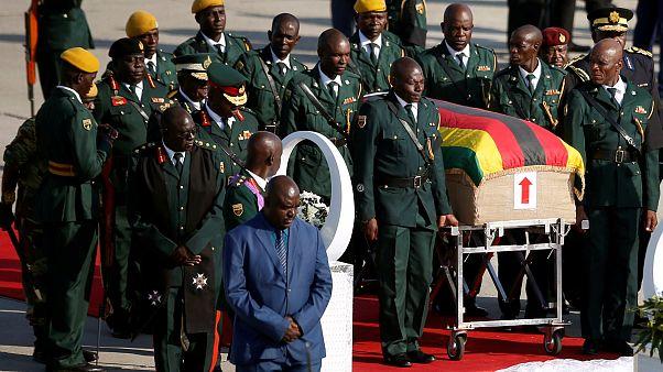 عودة جثمان رئيس زمبابوي إلى بلاده بعد وفاته في سنغافورة يوم 6أيلول سبتمبر. سيفيوي سيبيكو / رويترز