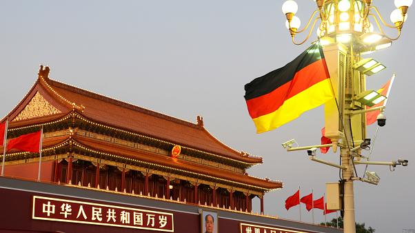 أعلام الصين وألمانيا ترفرف أمام بوابة تيانانمن خلال زيارة المستشارة الألمانية أنجيلا ميركل الصين في بكين