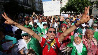 صورة أرشيفية لمتظاهرين جزائريين