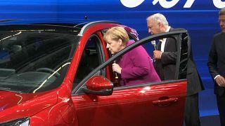 Merkel nyitotta meg a Frankfurti Autószalont