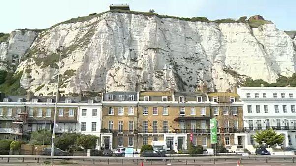 A doveri fehér sziklák, az Egyesült Királyság jelképe a La Manche-csatorna felől érkezve