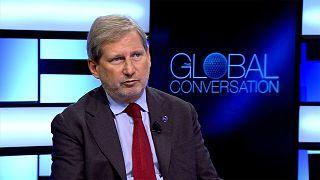 Exkluzív interjúnk az EU veterán biztosával, Johannes Hahn-nal