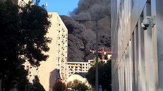 Hatalmas füsttel égett egy ház Budapesten