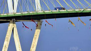Hídról lógtak a Greenpeace-aktivisták