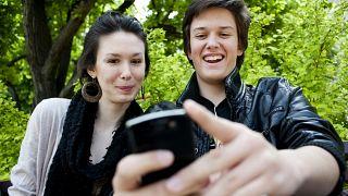 Diákok wifit használnak a II. kerületi önkormányzat épülete előtt, a Mechwart ligetben