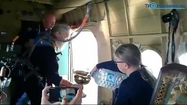 Rus piskopos, şehri alkol ve şehvetten korumak için uçaktan döktüğü kutsal suyla yıkadı
