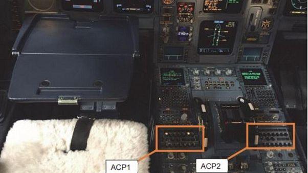 Caffè sul pannello di controllo, aereo costretto ad atteraggio di emergenza
