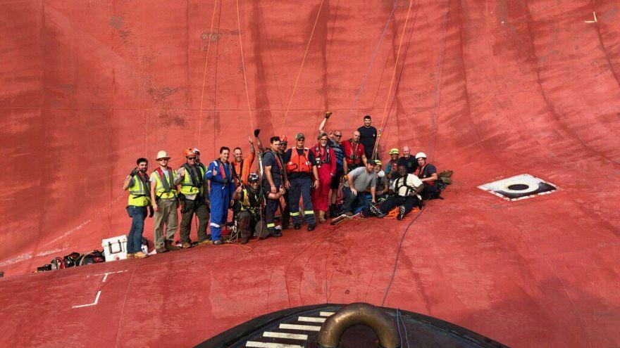 گلچین ویدئوهای هفته؛ از واژگونی کشتی در ساحل آمریکا تا مراسم ۱۱ سپتامبر