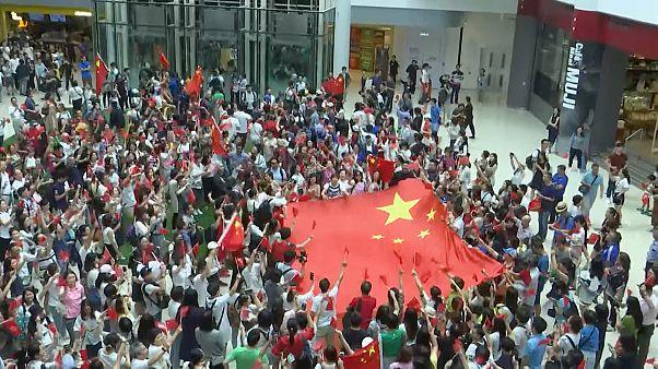 شاهد: محتجون موالون للحكومة في هونغ كونغ يرددون النشيد الوطني مرارا