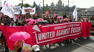 """Almanya'da """"Faşizme Karşı Birleş"""" pankartı taşıyan göstericiler ırkçılıkla mücadele çağrısı yaptı"""