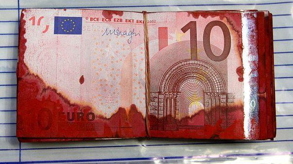 Archiv: Euro-Scheine aus einem geknackten Geldautomaten