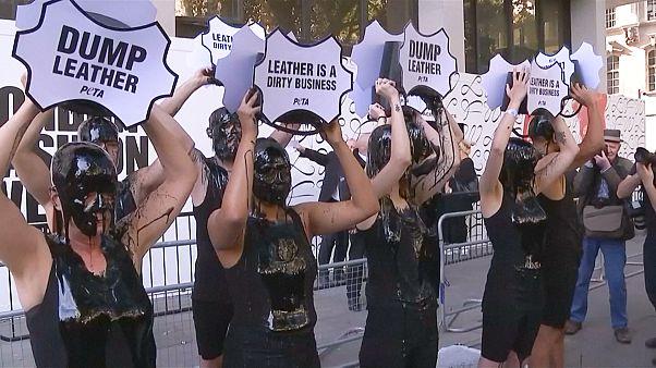 اعتراض کنشگران محیط زیست و حامیان حقوق حیوانات همزمان با هفته مد لندن