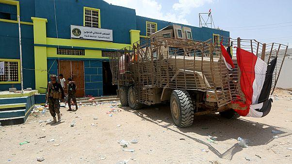 مركبات عسكرية مدرعة يستخدمها المقاتلون الانفصاليون الجنوبيون المدعومون من دولة الإمارات خارج مقر المجلس الانتقالي الجنوبي الانفصالي
