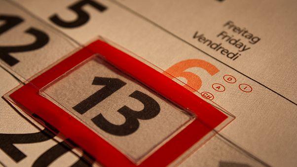"""لماذا يتعوّذ بعض الناس من يوم الجمعة 13 ولماذا يُعْرَف بيوم """"النحس"""" ؟"""