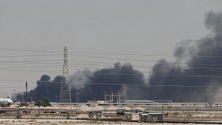 دخان يتصاعد من منشأة تابعة لأرامكو بمدينة البقيق بعد استهدافها من الحوثيين. أيلول 2019