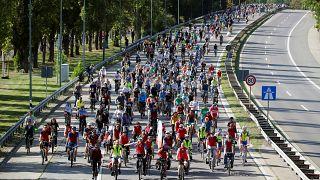Tausende Radfahrer protestieren gegen Internationale Automobilausstellung in Frankfurt