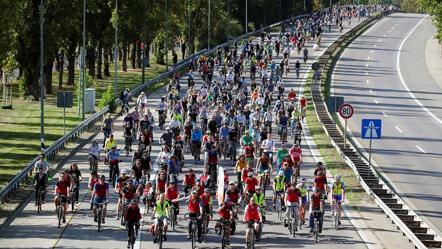 Frankfurt Otomobil Fuarı'nı protesto eden 25 bin bisikletli çevreci otoyol kapattı