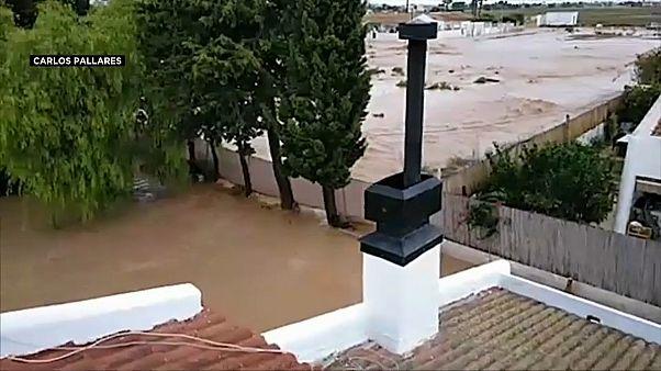 صور منزل غمرته المياه في بلدة سان خافير جنوب شرق إسبانيا