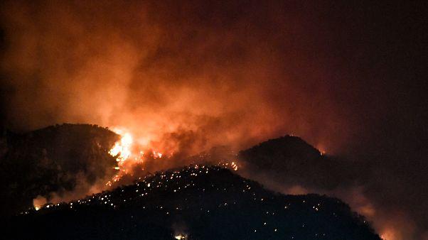 Φλόγες από την πυρκαγιά που ξέσπασε σε αγροτική έκταση στο Λουτράκι