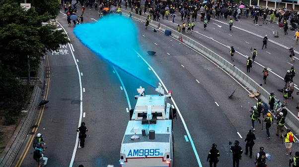 Cannoni ad acqua con colorante blu per fermare i dimostranti di Hong Kong.
