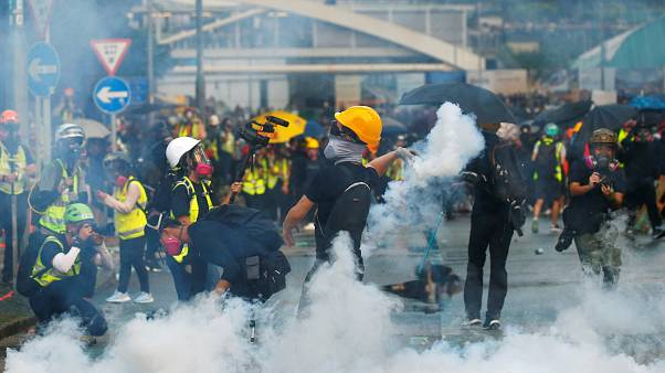 Binlerce Hong Konglu yasağa rağmen yürüdü; şehir savaş alanına döndü