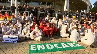 Klímavédők tüntettek a Frankfurti Autószalonnál