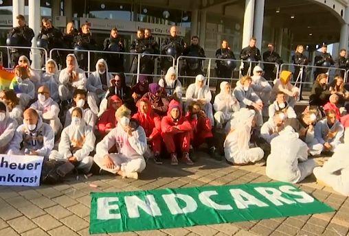 """Le """"tute bianche"""" ambientaliste protestano e bloccano il Salone dell'Auto di Francoforte"""