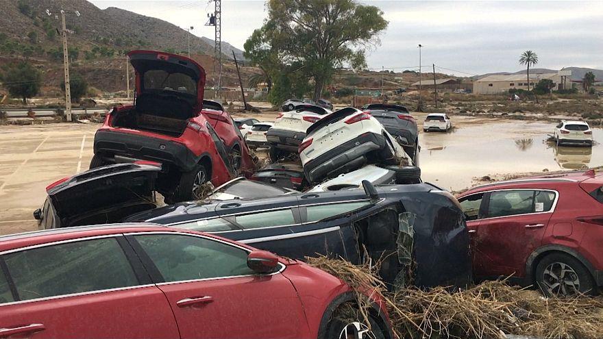 سیل در اسپانیا؛ دهها خودروی سواری واژگون شد
