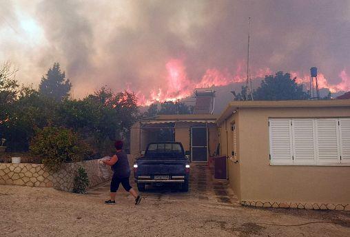 Εκτός ελέγχου η φωτιά στην Ζάκυνθο - Εκκένωση δύο χωριών