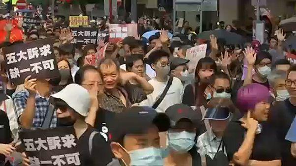 Tízezres tömeg a betiltott tüntetésen Hongkongban