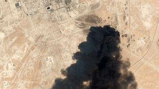 جانب من الحريق الذي نشب إثر هجوم بطائرات مسيرة على منشأتين لشركة أرامكو السعودية العملاقة 14-09-19