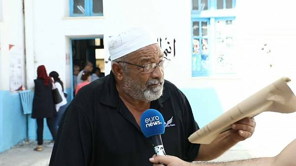 """مواطن تونسي خرج من المستشفى وجاء يقترع """"خاطر الوطن"""" (شارع مارسيليا، تونس العاصمة)"""
