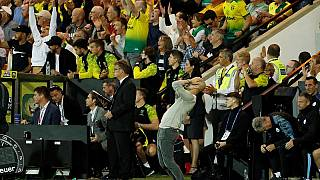 Pep Guardiola si dispera dopo la sconfitta con il Norwich (3-2) allo stadio Carrow Road.