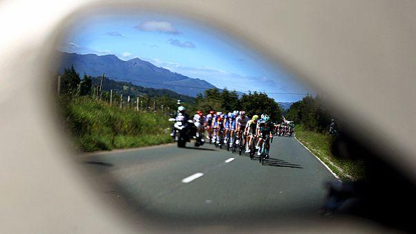 A Vuelta spanyol körverseny mezőnye egy autó visszapillantó tükrében