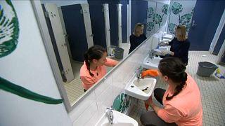 من حملة تجديد المراحيض في إحدى المدارس الأسترالية