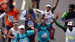 Facsemetékkel a hátukon futották le többen a fokvárosi maratont