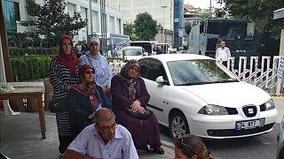 Tutuklu askeri öğrencilerin anneleri AK Parti İstanbul binası önünde oturma eylemi başlattı