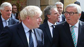 بوريس جونسون رئيس الحكومة البريطانية وجان كلود يونكر رئيس المفوضية الأوروبية