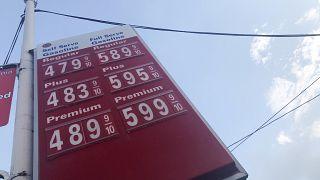 قائمة بأسعار المحروقات في إحدى المحطات في لوس أنجلس الأميركية