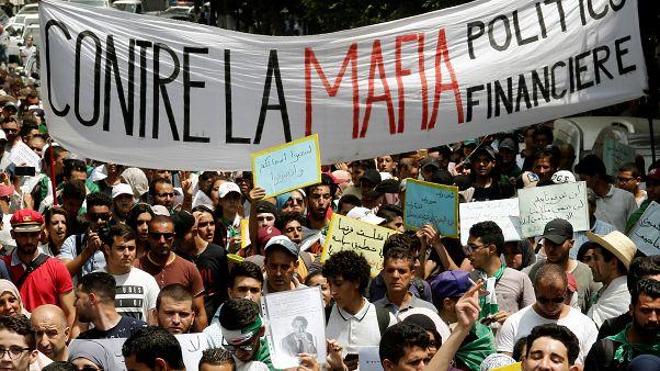 جزائريون يتظاهرون ضد النخبة الحاكمة