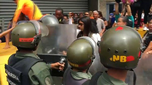 شاهد: رصاص بالهواء وضرب نساء خلال مظاهرة للمعلمين في فنزويلا احتجاجاً على الأجور