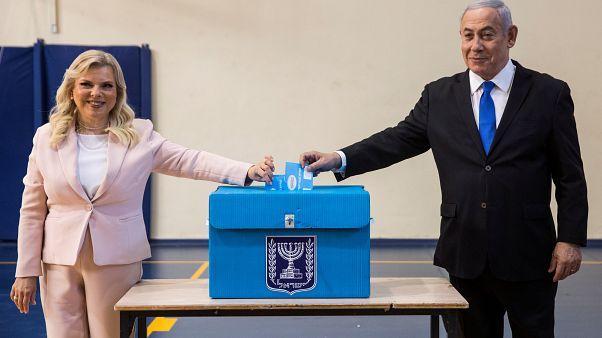 Le Premier ministre israélien Benjamin Netanyahu et son épouse Sara votent lors des élections législatives israéliennes dans un bureau de vote à Jérusalem le 17 septembre 201